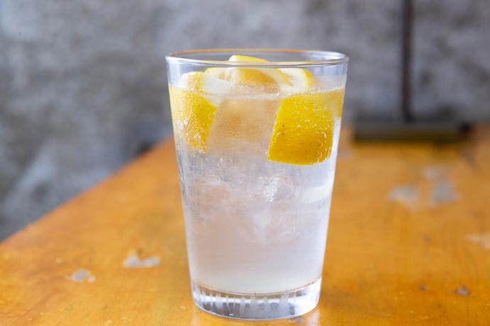 レモンサワーなどは、皮ごとドリンクに入れてしまうのがスタンダードです。